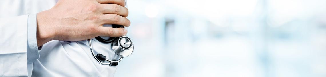 main de médecin avec stéthoscope