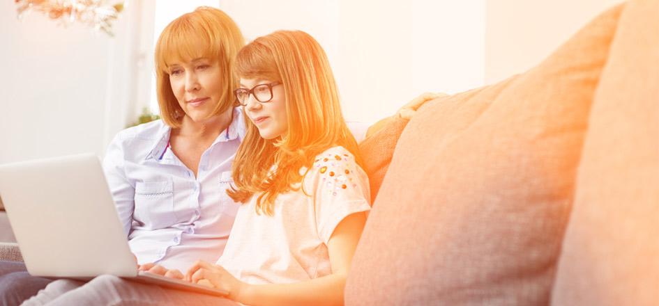 Mère et fille avec ordinateur