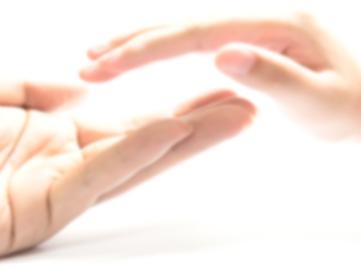 Deux mains l'une sur l'autre