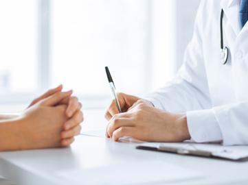 Une patiente et son médecin échangeant autour des symptômes du papillomavirus